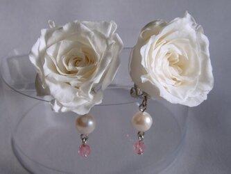 白いバラのイヤリングの画像