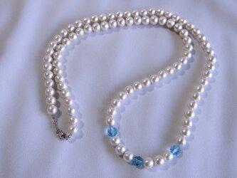 コットンパールと青いスワロフスキーのネックレスの画像