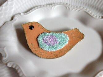 シルク染め糸+革ブローチ「tori」bの画像
