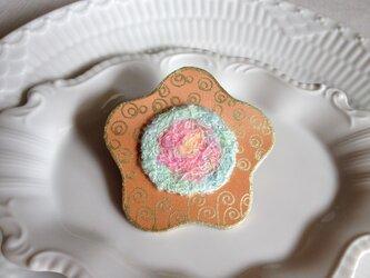 シルク染め糸+革ブローチ「hana」の画像