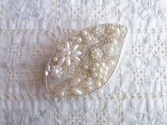 白の葉っぱブローチb (お花が大きめ)の画像