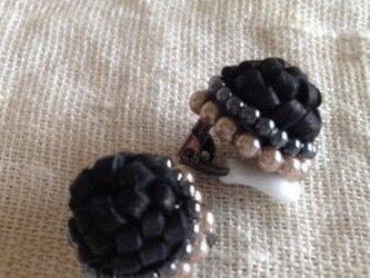 黒い革とパールのイヤリングの画像