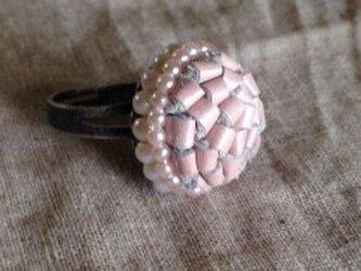 淡いピンクの革のリングの画像