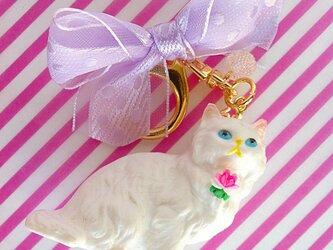 白猫のキーホルダー(ドットリボン)の画像