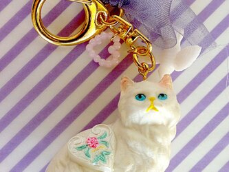 白猫のキーホルダー(体にハート)の画像