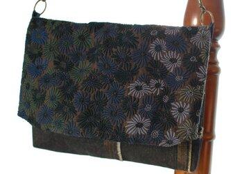 青い花刺繍×メタリックデニムの2wayバッグの画像