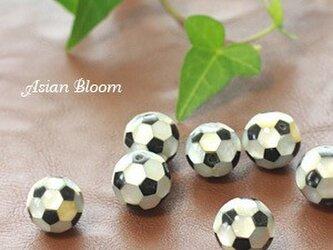 サッカーボールのビーズ2個で400円(シェルとブラックオニキス)の画像