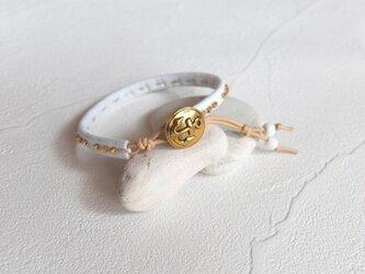 革と錨ボタンの手縫いブレスレット 白の画像