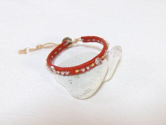 革とビーズの手縫いブレスレット 赤の画像