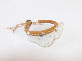 革とビーズの手縫いブレスレット キャメルの画像