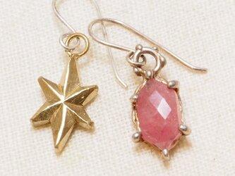 六角形のピンクサファイヤとお星様のピアスの画像