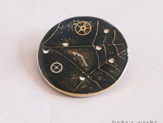 円い真鍮フレームのスパイダーウェブのブローチの画像