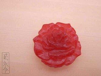 帯留 赤色の大輪のバラの画像