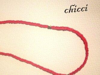 まっかなビーズのネックレスの画像