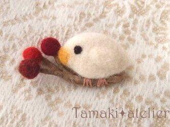 羊毛ブローチ「赤い実と白い鳥 2」の画像