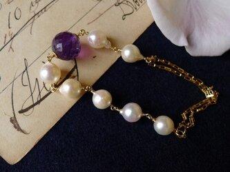 洋ナシアコヤ真珠とアメジストのブレスの画像