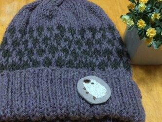 手編みニット帽・ワッペンつき・パープルの画像