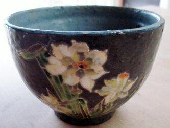 黒い器 抹茶碗 水仙の画像
