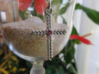 Cross leaves 小さいクロスのペンダント ルビーの画像