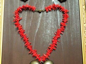 ぷっくりハートと真っ赤な珊瑚のネックレスの画像