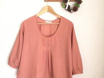 胸元タックのサラふわブラウス ピンクオレンジの画像