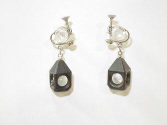 水晶の木包みイヤリング 黒檀 三角頭 銀の画像