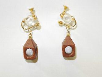 水晶の木包みイヤリング 花梨 三角頭 金の画像