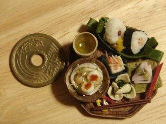 ★半熟玉子うどん&おにぎり2つ定食(木製風・8角形)の画像