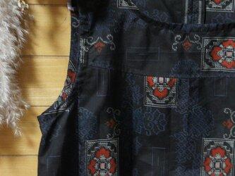 展示 大島紬 墨黒 赤角紋 シンプルOP 着物リメイクの画像
