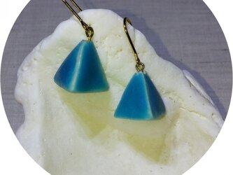 ターコイズブルーの三角ピアスの画像