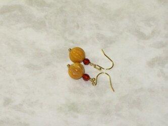 黄色いパンプキンカット玉とカーネリアンのピアスの画像