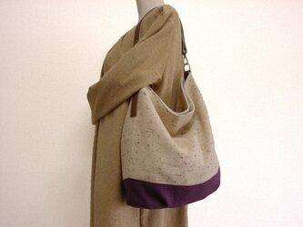 ウールと綿麻の本革楕円底ワンハンドルバッグ(ベージュ×紫)の画像