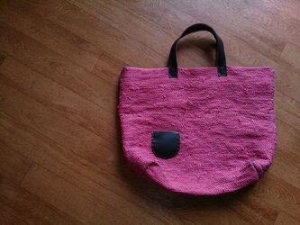 ローズピンクの裂き織りバッグの画像