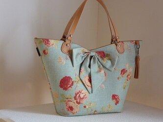 チューリップ型のおしゃれバッグ(リボン付き、輸入生地水色系バラ柄)の画像