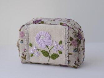紫の花刺繍ポーチの画像