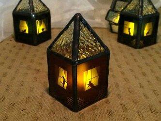【ネコがいる赤いお家】ステンドグラス・ミニランプ(LEDライト付)の画像