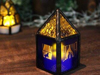 【ネコがいる青いお家】ステンドグラス・ミニランプ(LEDライト付)の画像