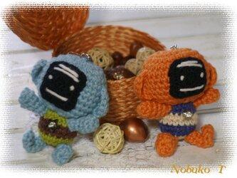 編みぐるみ・サルroboのキーホルダー(オレンジ)の画像