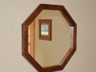 ウォールナット枠の八角ミラーの画像