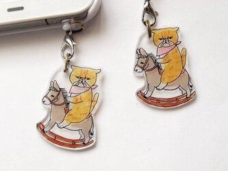 木馬に乗る猫イヤホンジャックの画像