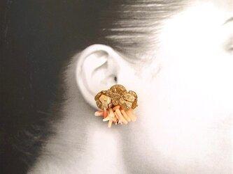 【再販売】珊瑚×ヒノキの実 イヤリングの画像