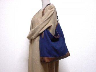本革と綿麻のくったりワンハンドルバッグ(紺×ブラウン系革)の画像