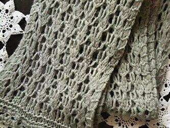 ナチュラルな透かし編みストール グレーの画像