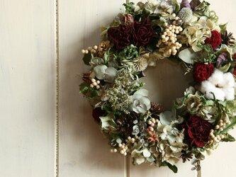 綿とバラのリースの画像