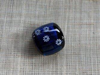 白い小花の帯留(青)の画像