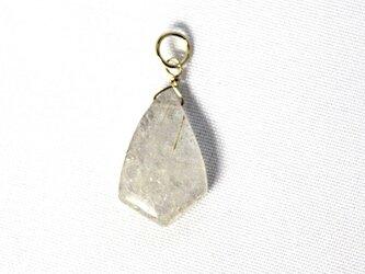 天然石水晶のルチル入りチャームの画像