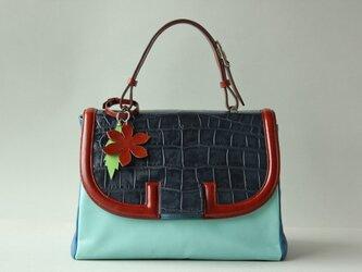 ブルーミックス クロコ型押しかぶせつきハンドバッグの画像