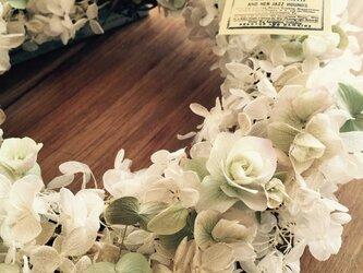 ぎっしり入ったアジサイリース 白の画像