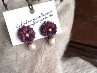 イヤリング ビロードの小さなお花とコットンパール(赤紫)の画像