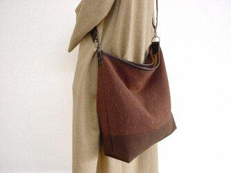ウールと帆布の革パイピングショルダーバッグ(茶×チョコ色革)の画像
